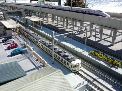 高架脇の羽度大木駅と455系とE2系