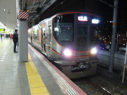 2018年2月撮影、大阪駅にて323系