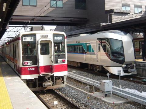 2018年2月撮影、下今市駅にて6050系とリバティ