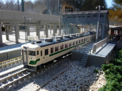 高架脇の羽度大木駅と455系その1