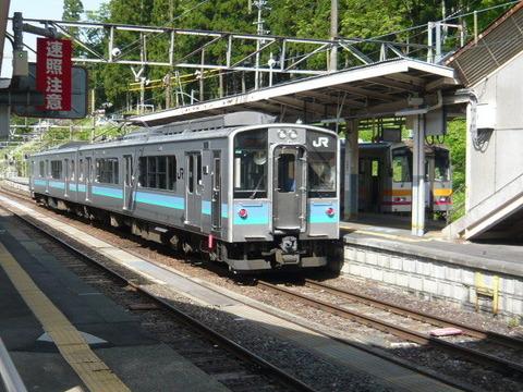 2018年5月撮影、南小谷駅とE127系