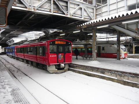 2018年1月撮影、秋田駅にてEV-E801系