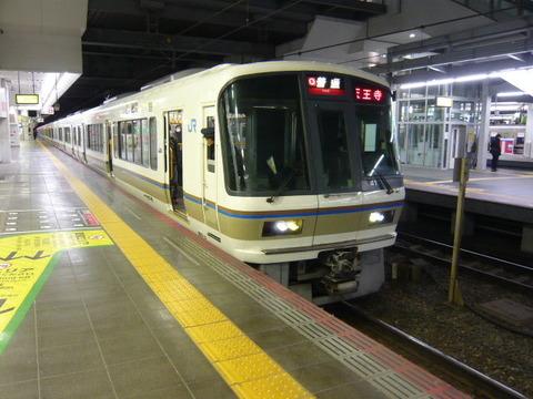 2018年2月撮影、大阪駅にて221系