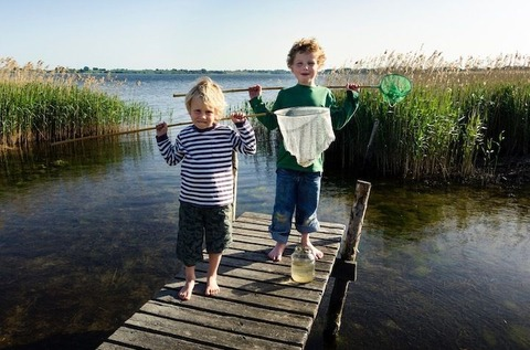 湖で遊ぶ子供達