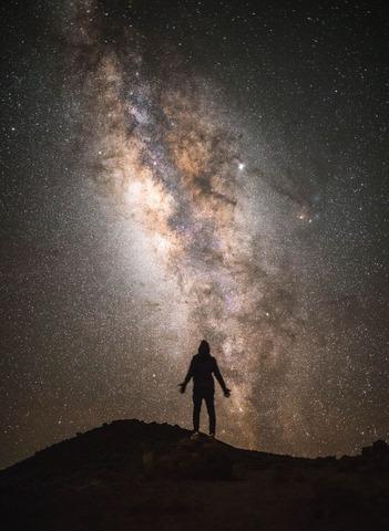 星空を見上げる登山者