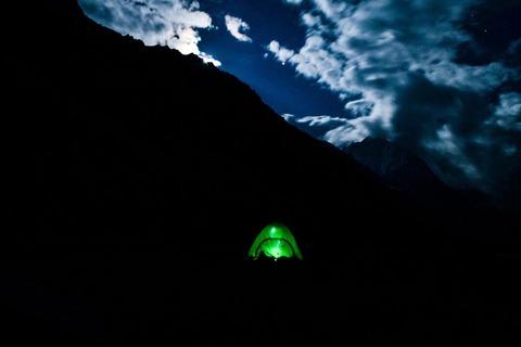 暗闇に佇むテント