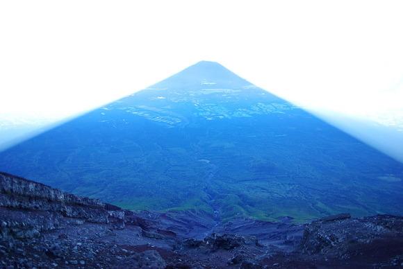 富士山山頂からみた影富士の中の大沢崩れ
