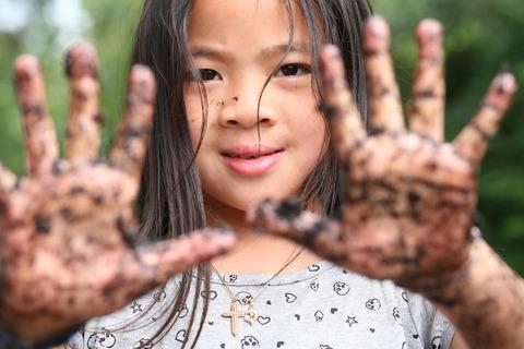 土を触る子供