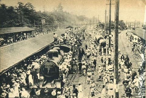 日暮里駅(移転前)での8620形蒸気機関車牽引の避難列車。