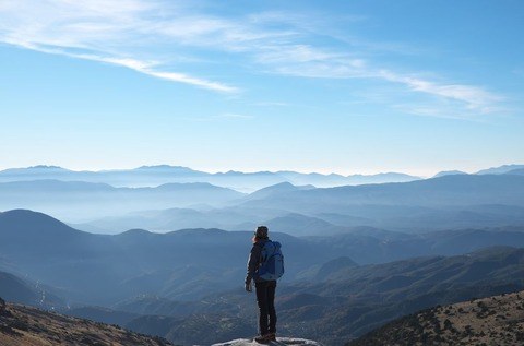 景色を見る登山者