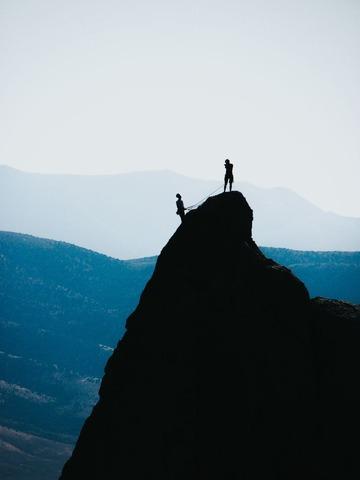 岩登りするクライマーたち