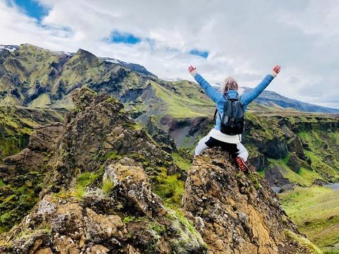 山頂で嬉しそうな登山者