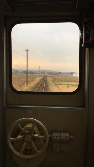 電車の車内から見る風景