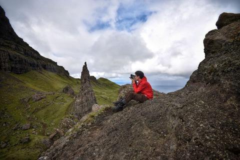山で写真を撮る男性