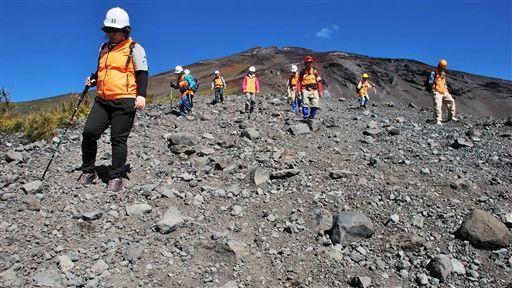 富士山須山口登山歩道を歩く学習会の参加者たち