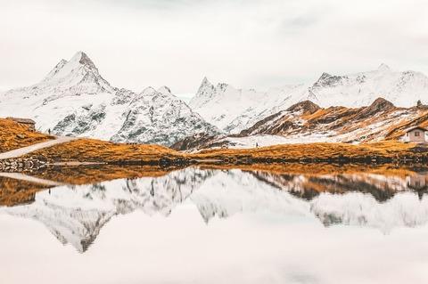 雪の山と登山者