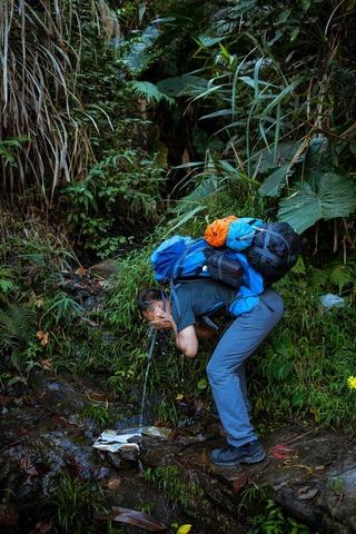 顔を洗う登山者