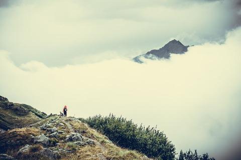 ガスの中を歩く登山者