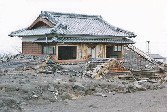 土石流に埋もれた深江町の民家(1991年) (1)