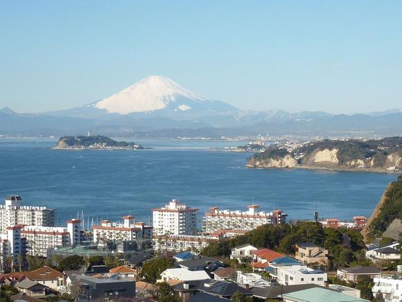 東方、三浦半島から、江の島と相模湾と富士山