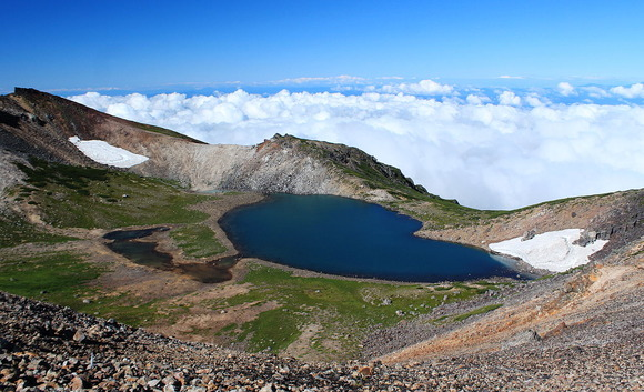 山頂直下西にある火口湖の権現池
