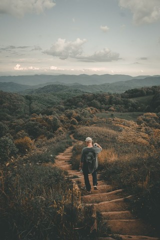 下山する登山者