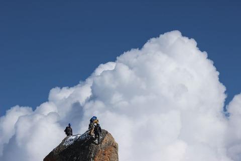 登山者と雲