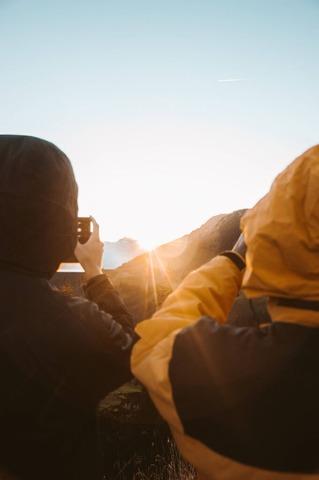 朝日を撮る登山者