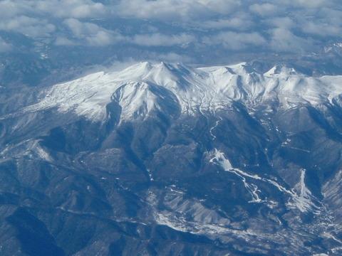信州側の奈川渡ダム上空より望む乗鞍岳