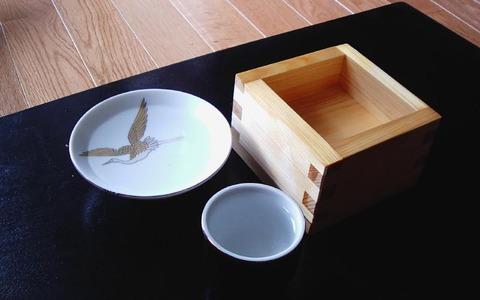 酒器に酌まれた日本酒。盃(左)、猪口(中央)、枡