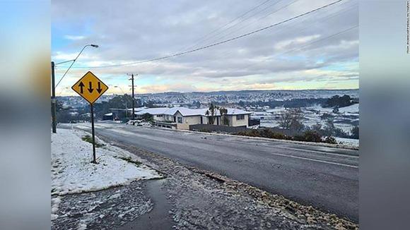 【豪】タスマニアに異例の降雪、一面の雪景色に住民興奮