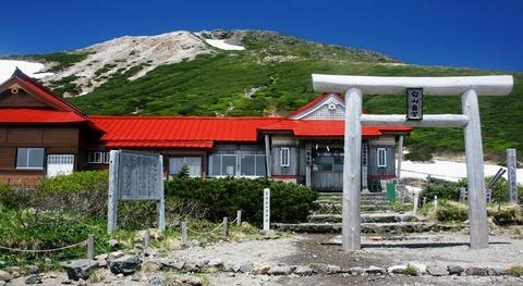 室堂から望む白山神社と御前峰
