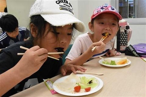 セミを食べる子供