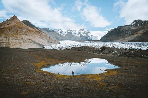 登山者と池