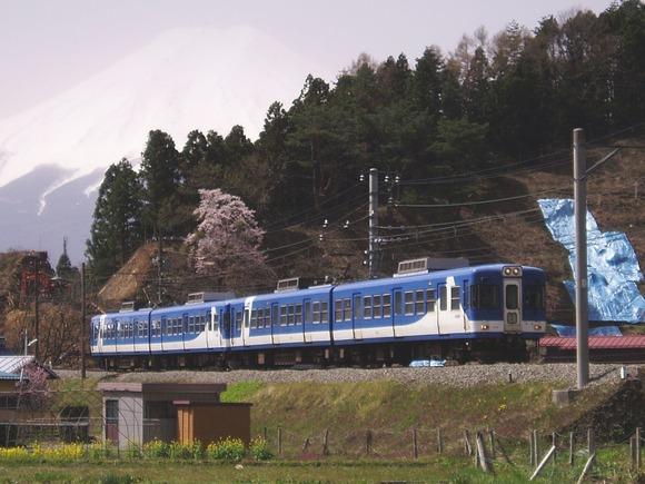 富士山を背景に走行する列車