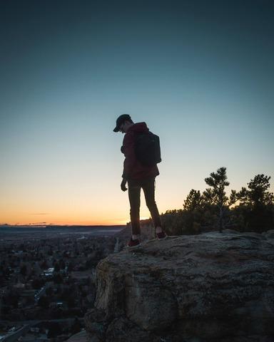 夕暮れの登山者