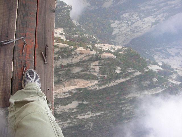 崋山の登山道足元