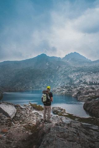 湖を眺める登山者