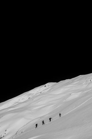 雪山を登る登山者