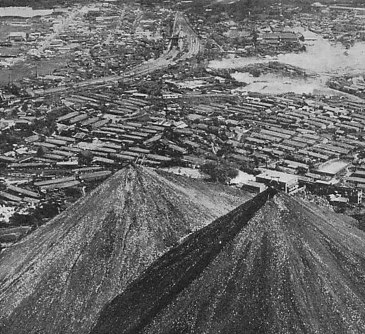 1950年代に撮影された飯塚市忠隈のボタ山