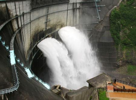 黒部ダムで観光放水