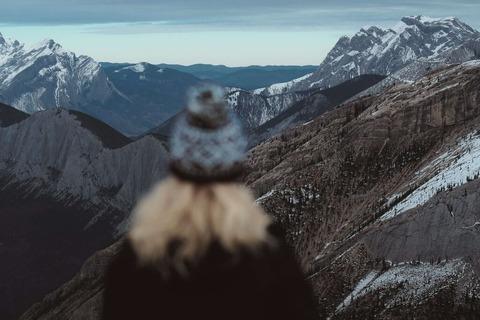 景色を見る山ガール
