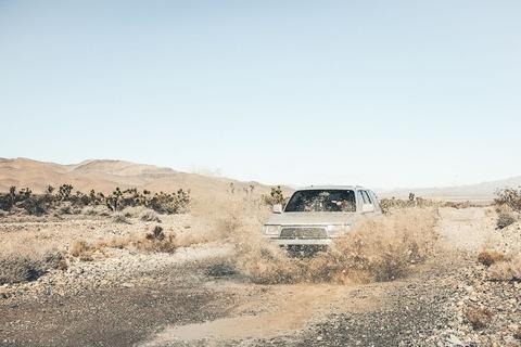 砂利道のジープ