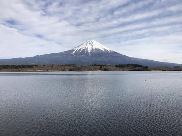 湖越しの富士山
