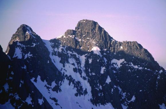 涸沢岳から見たロバの耳(左)とジャンダルム(右)