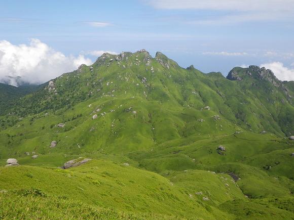 宮之浦岳から望む永田岳とネマチ峰(右)