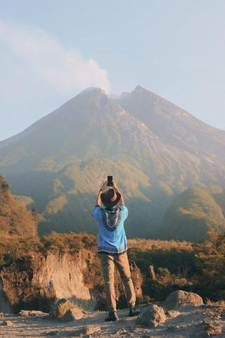 写真を撮る登山者