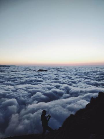 雲海を見る登山者