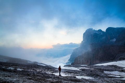 山に佇む登山者