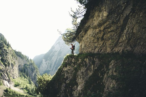 崖を歩く登山者